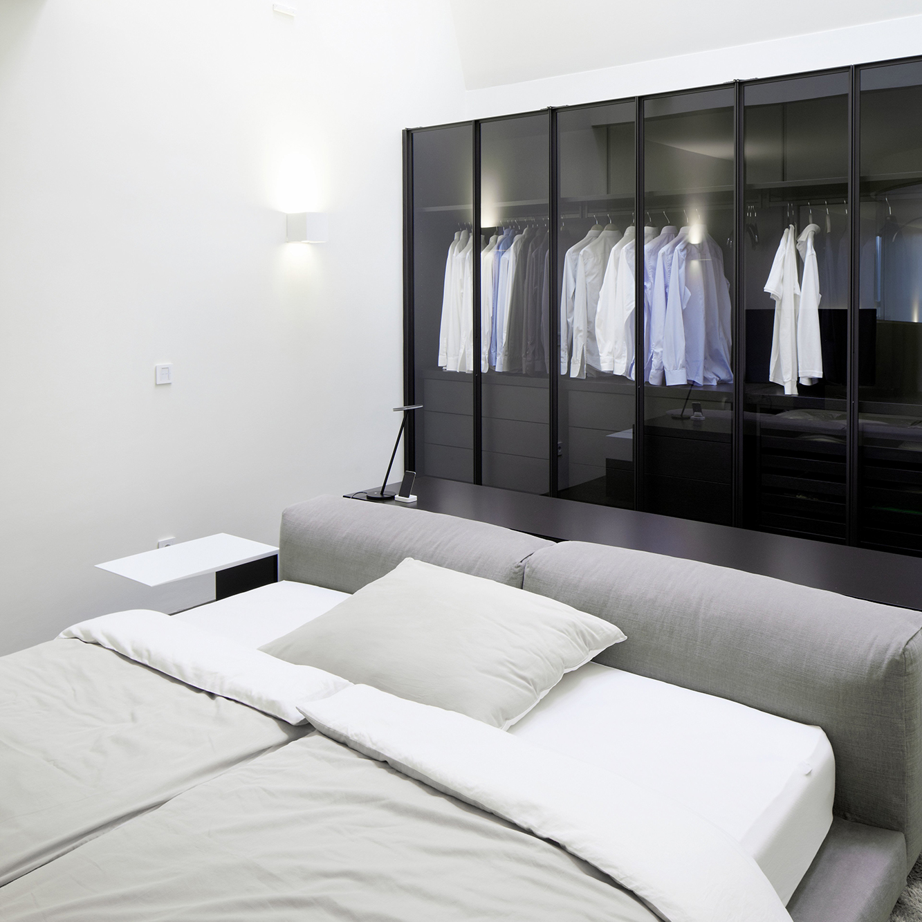 Porro, image:contract_immagini - Porro Spa - Linearity and elegance with Pull-out sliding wardrobe - Wien (Austria)